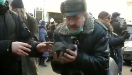 Мітингувальники влаштували живий ланцюг, щоб подавати бруківку