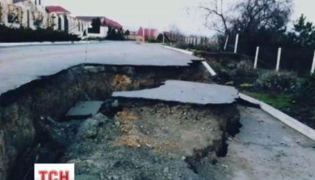 Половина вулиці сповзла під землю на Одещині