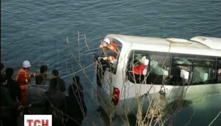 Пассажирский автобус после лобового столкновения съехал в реку в Китае