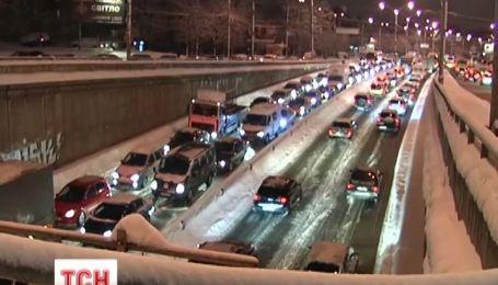 В Киеве из-за снега ДТП происходят безостановочно