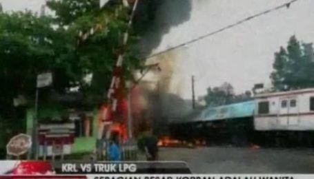 В Индонезии пассажирский поезд протаранил бензовоз