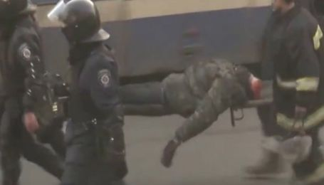 З'явилось шокуюче відео перенесення силовиками тіла без голови на Майдані(Обережно, жорстокі кадри)