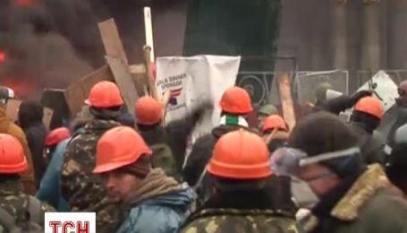У центрі Києва протестувальники пішли у наступ на бійців