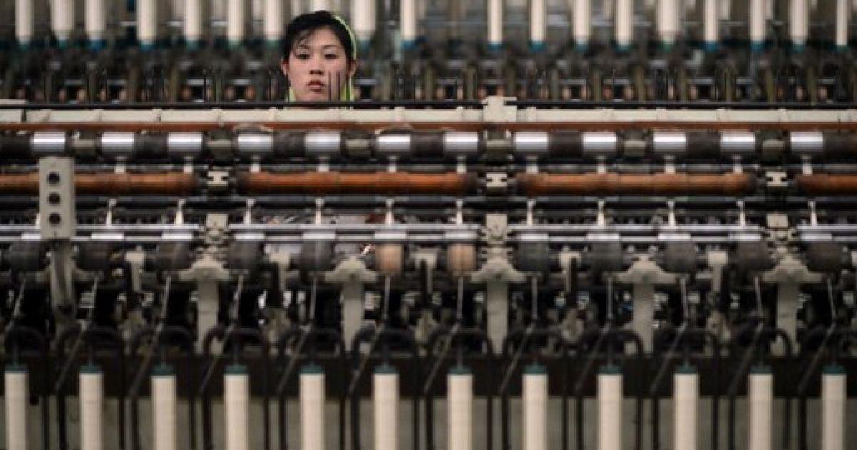 КНДР, Пхеньян. Працівниця текстильної фабрики в Пхеньяні. Північна Корея планує запуск ракети для зміцнення повноважень нового лідера країни Кім Чен Ина. @ AFP