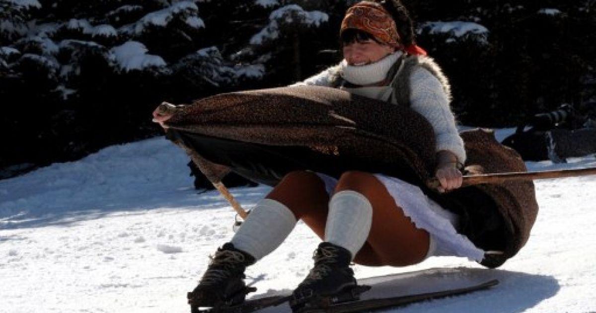 Польща, Закопане. Жінка у одязі 19-го століття на старих дерев'яних лижах бере участь у традиційних змаганнях, які влаштували з нагоди Великодня на лижному курорті в Татрах. @ AFP