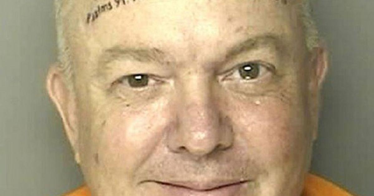 """Боголюбивий громадянин з Південної Кароліни на ім'я Роберт Нортон Кеннеді був заарештований за рукоприкладство. Татуювання на його лобі - це посилання на вірш з Матвія 19:26 """"З Богом все можливо"""" і """"Бог любить тебе"""". @ The Telegraph"""
