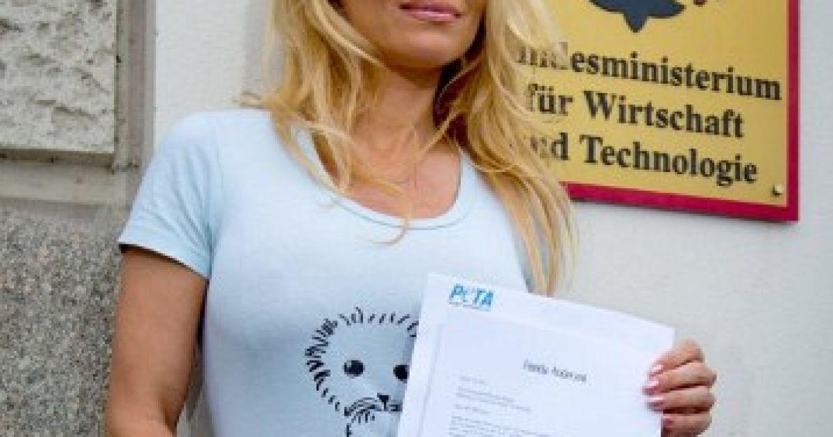 Німеччина, Берлін. Американська актриса і захисниця тварин Памела Андерсон провела напівоголену акцію протесту перед міністерством економіки Німеччини у Берліні. Вона принесла клопотання про заборону торгівлі одягом з тюленячих шкір. @ AFP