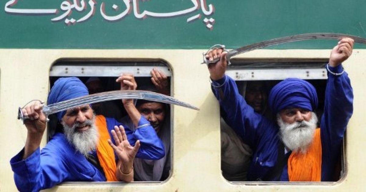 Індія, Амритсар. Сикхи з мечами вирушають на паломництво до Пакистану, щоб зустріти сикхський Новий рік. @ AFP