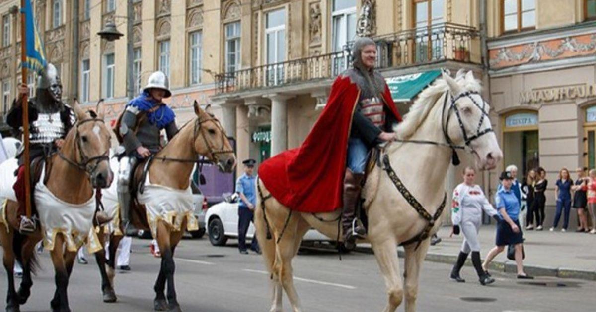 У параді взяли участь стародавні лицарі в обладунках...