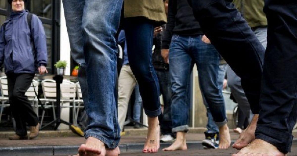 """Нідерланди, Амстердам. Учасники акції """"Один день без взуття"""" пройшли босоніж центром Амстердаму. @ AFP"""