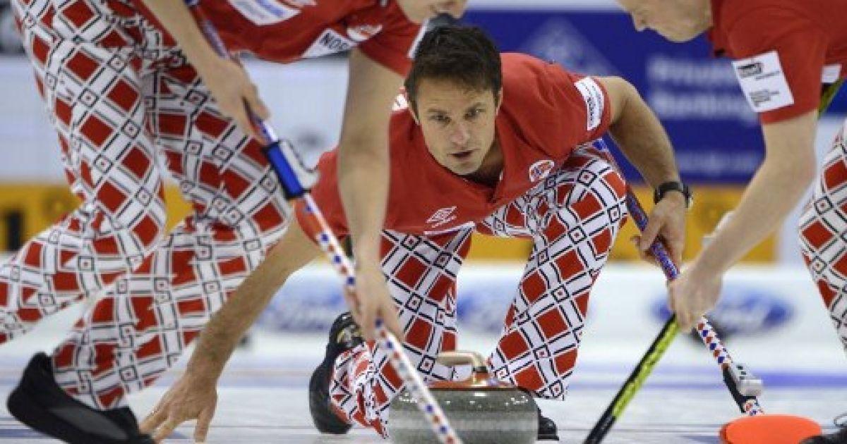 Швейцарія, Базель. Гравець норвезької збірної Томас Ульсруд бере участь у матчі проти Швеції на Чемпіонаті світу з керлінгу. @ AFP