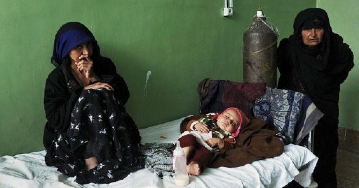Афганістан, Герат. Жінки сидять поруч із хвороб дитиною у туберкульозному відділенні головної лікарні в Гераті. За останніми оцінками ВООЗ, більше 10 тисяч афганців щорічно помирають від туберкульозу. @ AFP