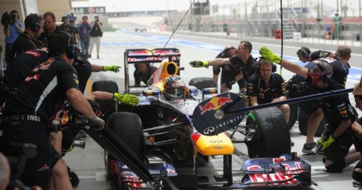 Бахрейн, Манама. Механіки лагодять автомобіль німецького гонщика команди Red Bull Racing Себастьяна Феттеля у боксах напередодні змагань Формули-1 на Гран-прі Бахрейну. @ AFP