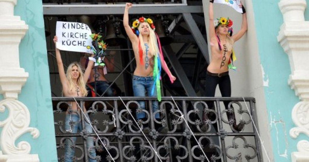 Україна, Київ. Оголені активістки жіночого руху FEMEN захопили дзвіницю Софійського собору в Києві під час протесту проти законопроекту, що передбачає заборону абортів. @ AFP