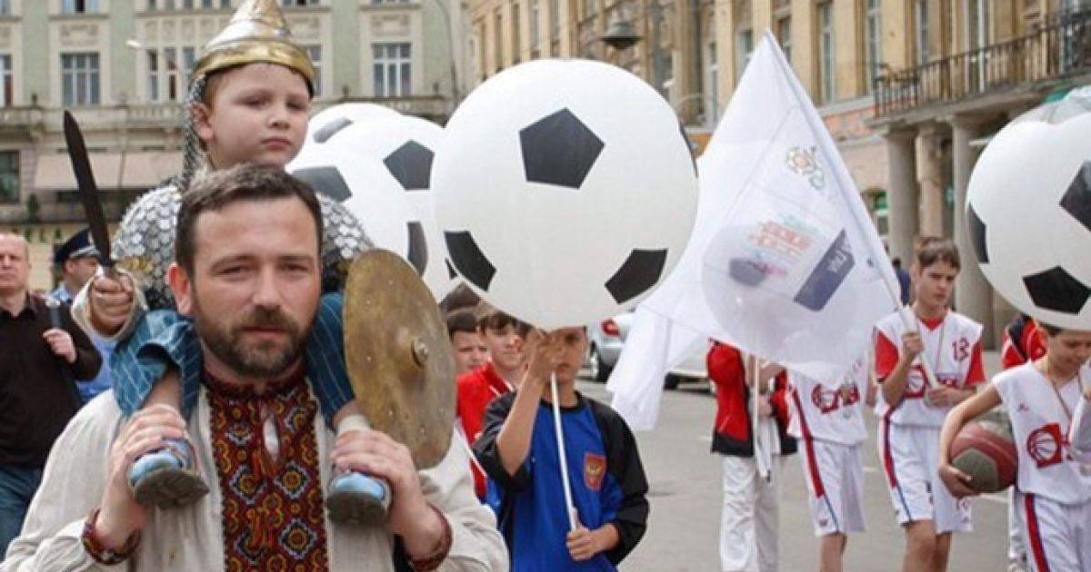 """Святкова хода розпочалася з вітального танцю """"Львів готується до Євро""""."""
