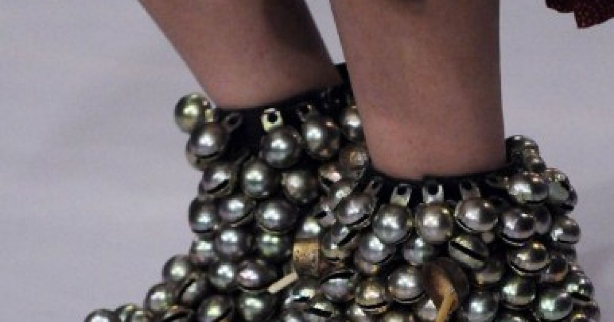 Пакистан, Карачі. Модель демонструє взуття з колекції пакистанського дизайнера Вардха Саліма на Тижні моди Пакистану в Карачі. @ AFP