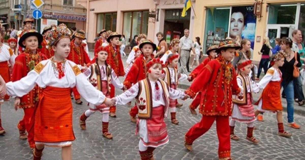 Традиційно, парад розпочався з площі А.Міцкевича, пройшов проспектом Свободи, вулицею П.Беринди, площею Ринок.