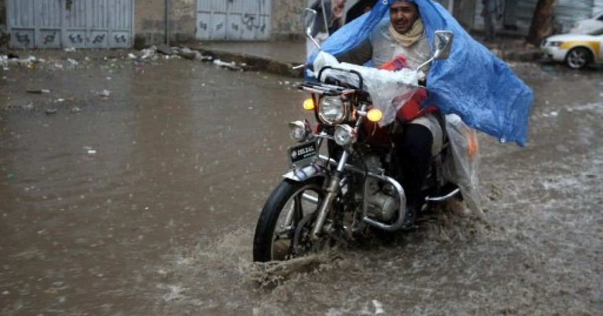 Ємен, Сана. Чоловік на мотоциклі їде затопленою в результаті проливних дощів вулицею в столиці країни. @ AFP