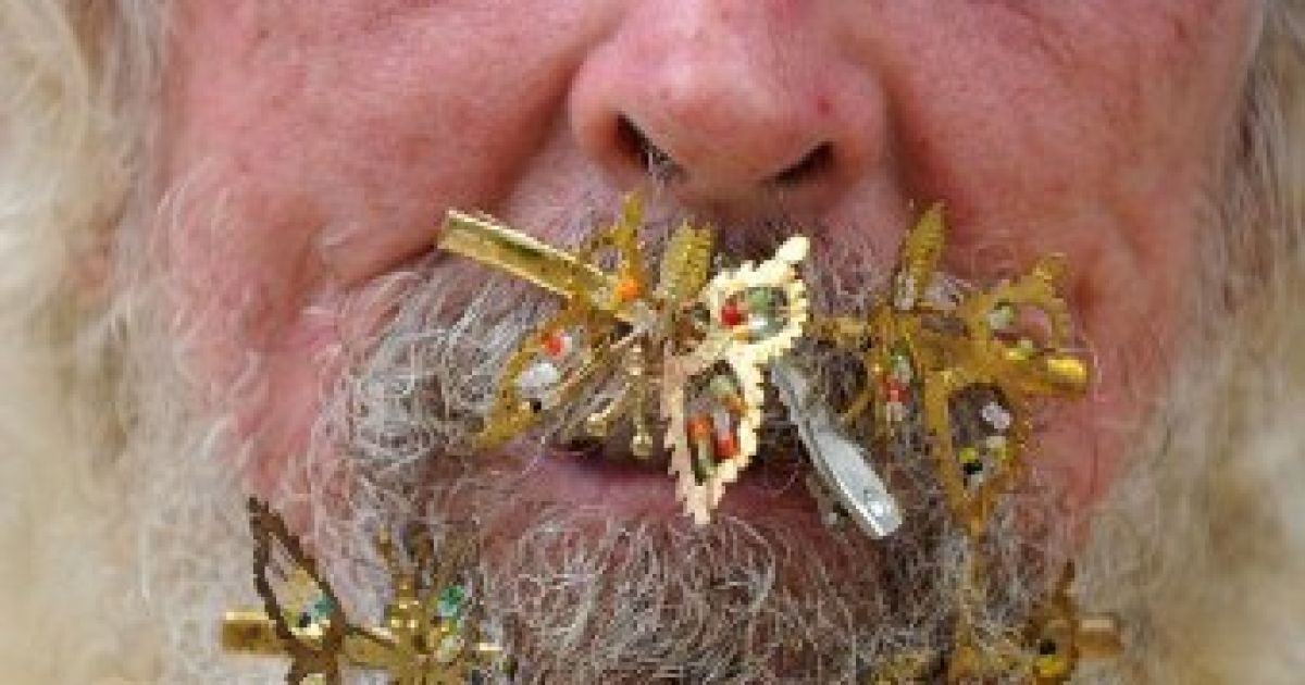 Бразилія, Параті. 78-річний бразилець Тіаго де Алмейда Корреа торгує своїми виробами, зачепленими за власну бороду. @ AFP