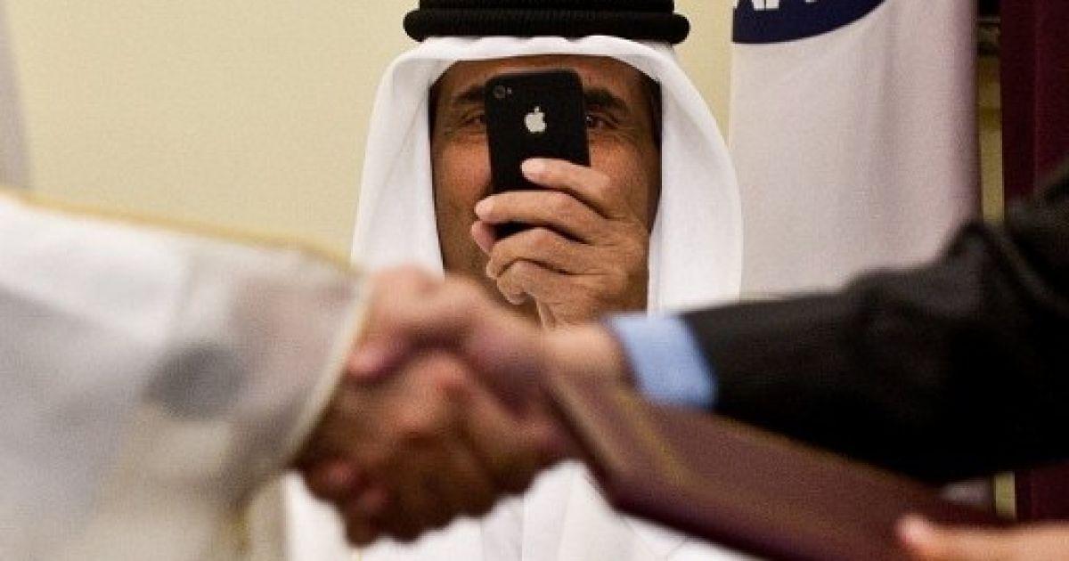 Індія, Нью-Делі. Шейх Карату Хамад бен Халіфа Аль Тані знімає на телефон підписання міжнародної угоди в Нью-Делі. @ AFP