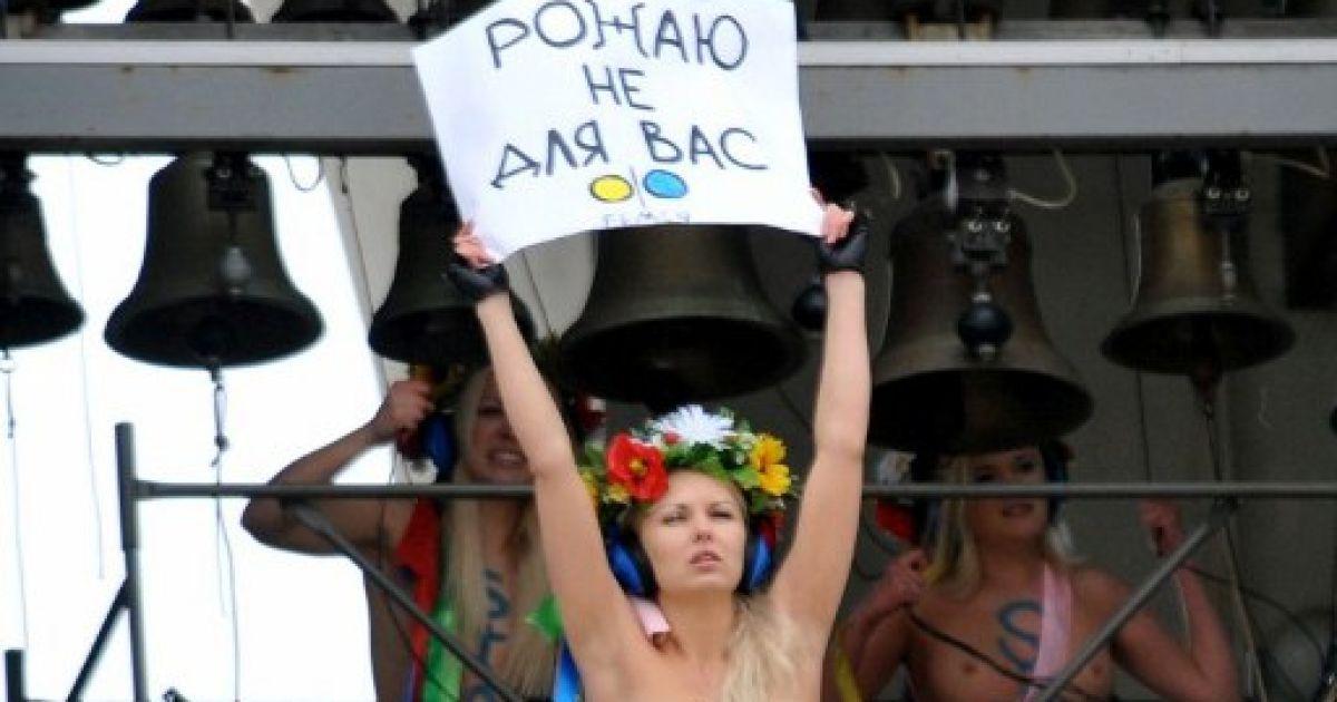 Голі FEMENістки на дзвіниці Софії Київської захищали аборти @ AFP
