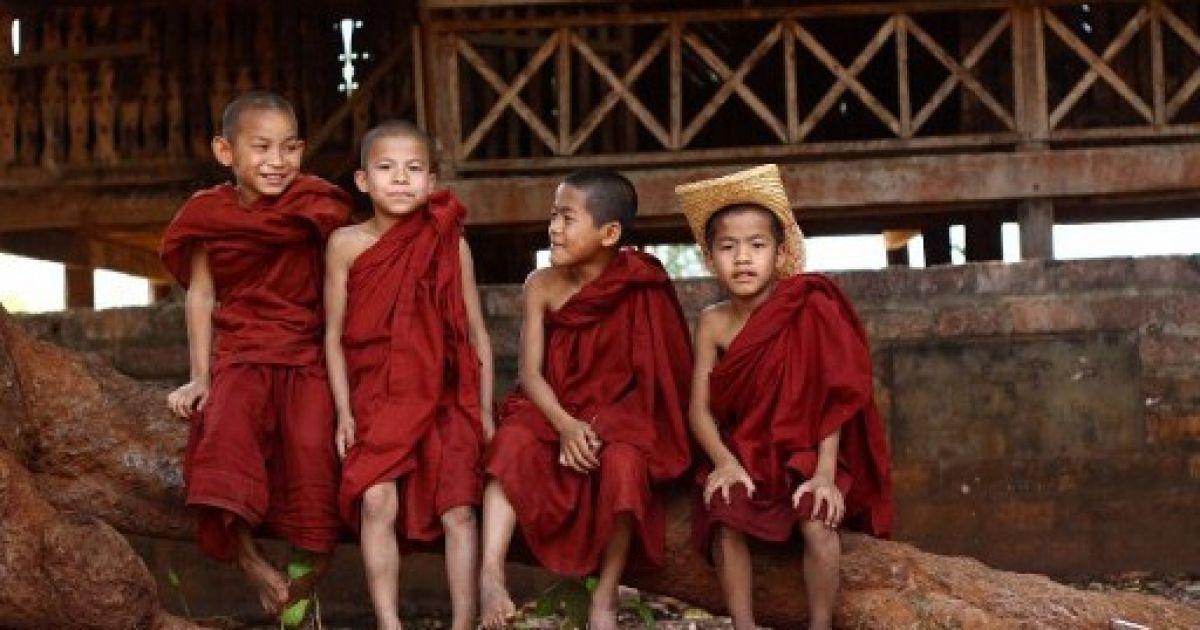 М'янма, Ті Лапа. Ченці за межами монастиря у північному штаті Шан в М'янмі. @ AFP