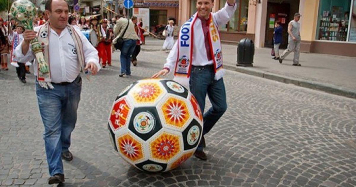Однією із провідних тем святкового параду стало майбутнє Євро-2012