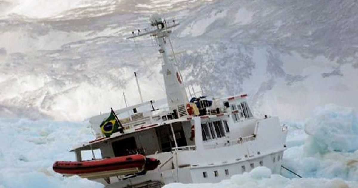 Антарктида. Бразильська яхта Mar Sem Fim потонула після того, як її затисло в кризі. Всі члени екіпажу, які робили документальний фільм про навігацію у Антарктиді, були врятовані. Фото AFP/ВМФ Чилі @ AFP