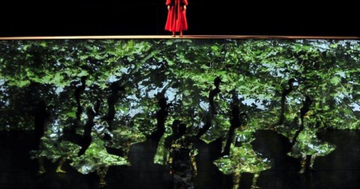 """Угорщина, Сегед. Танцюристи готуються до виступу на сцені Національного театру із прем'єрою двох одноактних балетів """"Дерев'яний принц"""" і """"Орфей"""". @ AFP"""