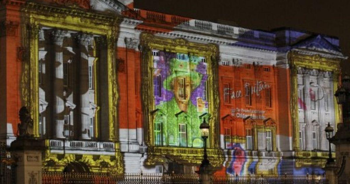 Великобританія, Лондон. Більше 200 тисяч фотографій дітей використали для створення кольорової інсталяції на фасаді Букінгемського палацу. Інсталяцію присвятили 60-річному ювілею правління британської королеви Єлизавети II. @ AFP