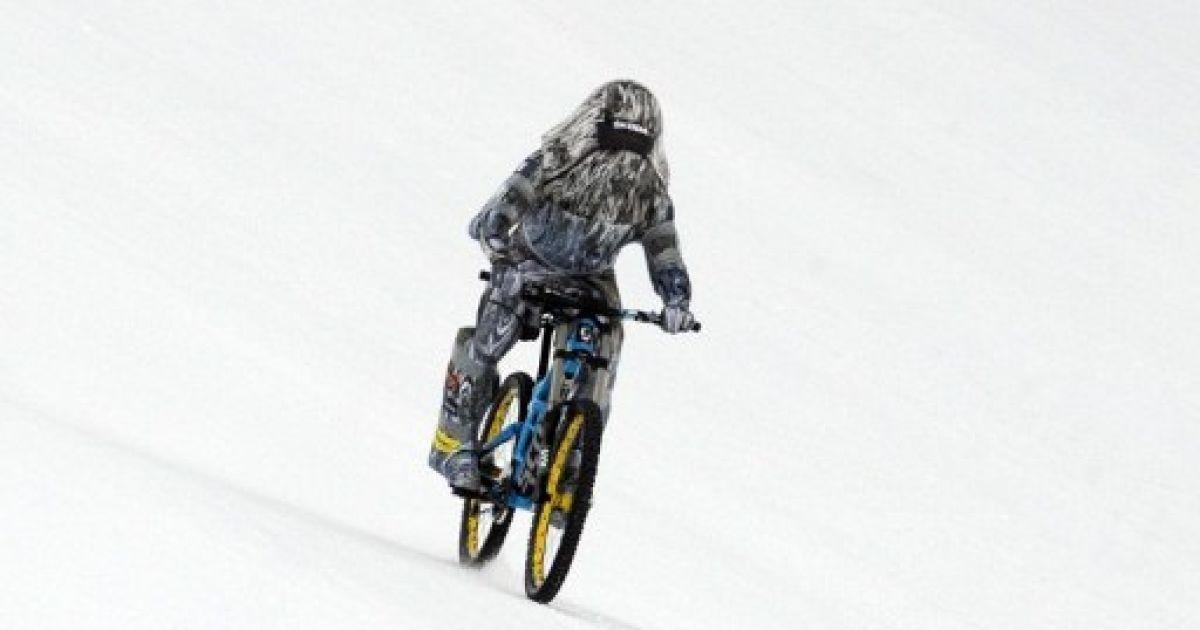 Франція. Французький каскадер Ерік Барон спробував встановити новий світовий рекорд швидкості на велосипеді по снігу. Але, нажаль, спроба була невдалою. @ AFP