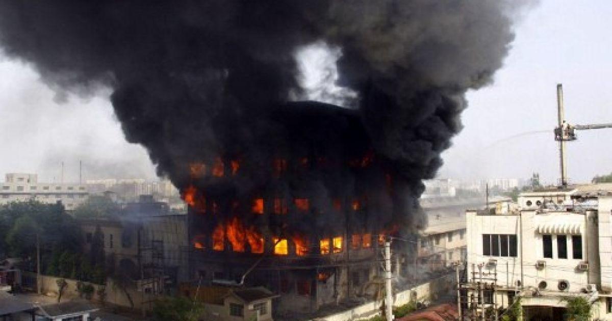 Індія, Гургаон. Клуби диму піднімаються над пожежею, яка охопила текстильну фабрику в місті Гургаон. @ AFP