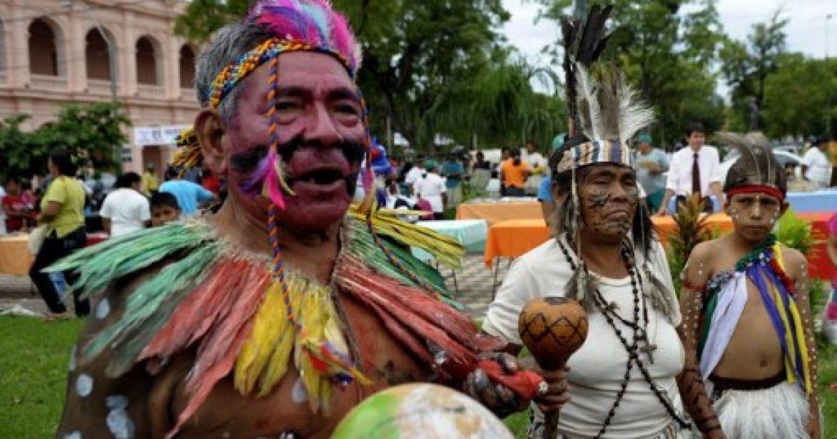 Парагвай, Асунсьйон. Корінні етнічні танцювальні групи беруть участь в акції протесту під час святкування Дня корінних американців в Асунсьйоні. @ AFP