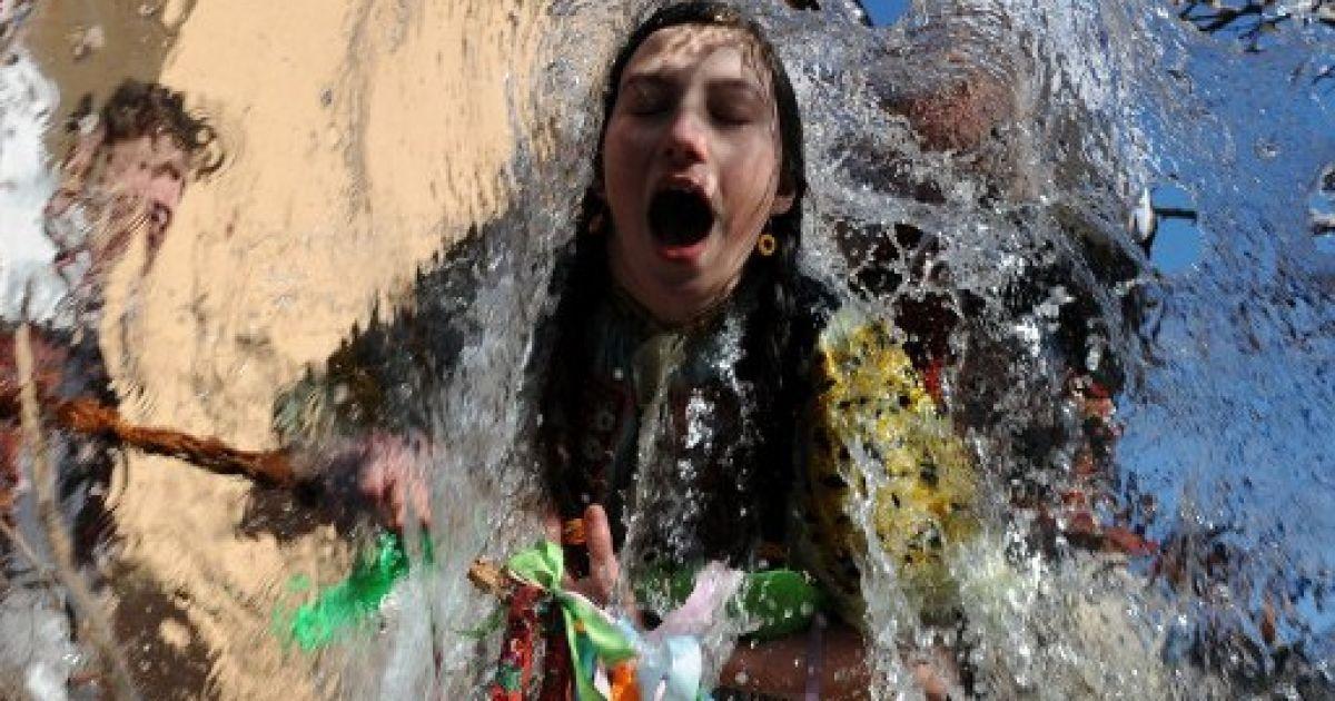 Словаччина. Trencianska Tepla. Молодь у національних костюмах влаштувала традиційні святкування Великодня поблизу Братислави. Чоловіки обливали жінок водою, купали їх у діжках та били вербою. @ AFP