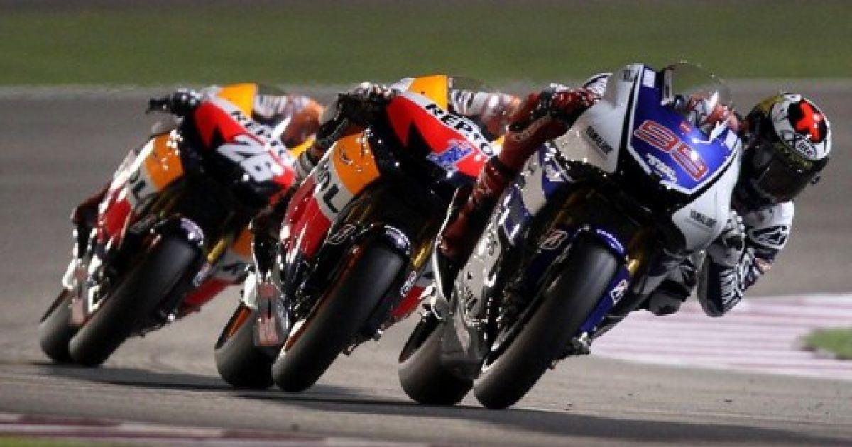 Катар, Доха. Гонщик Yamaha Factory Racing Хорхе Лоренцо (Іспанія), гонщик Repsol Honda Дані Педроса (Іспанія) та австралійський гонщик Repsol Honda Кейсі Стоунер під час фінальної гонки MotoGP на Гран-прі Катару. @ AFP