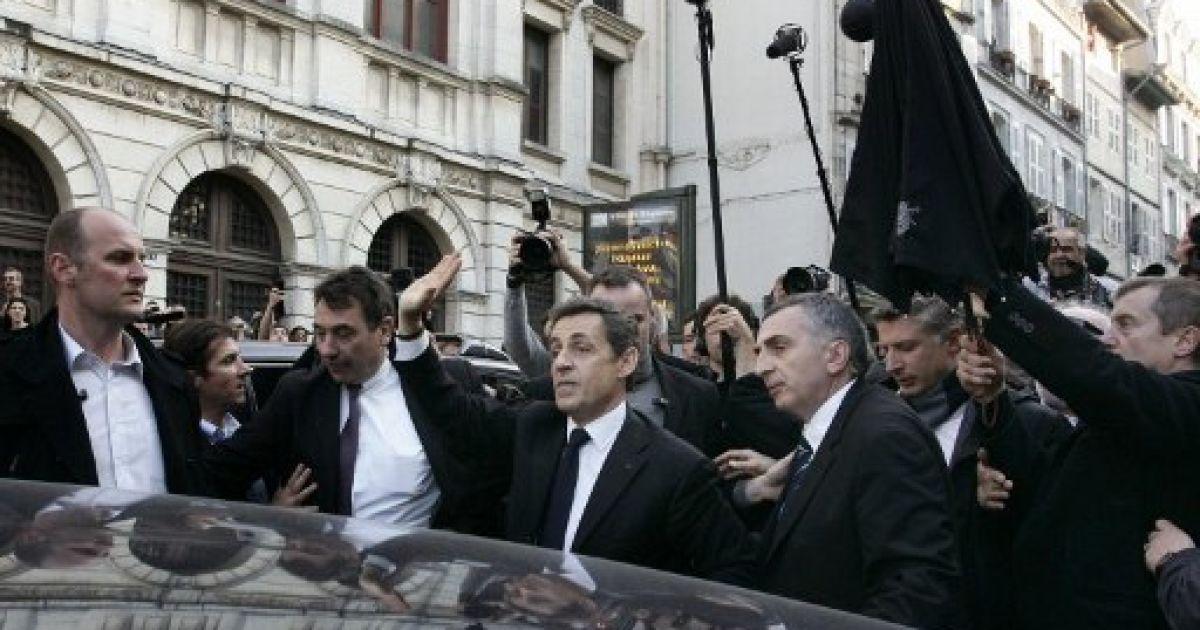 Розлючені баски закрили Саркозі в барі і закидали яйцями @ AFP