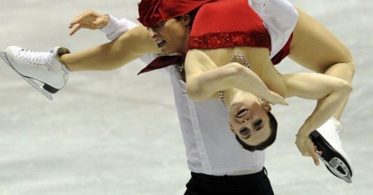 Японія, Токіо. Канадські спортсмени Тесса Вірту і Скотт Мойр виконують вільну програму під час участі у міжнародних змаганнях з фігурного катання World Team Trophy 2012. @ AFP