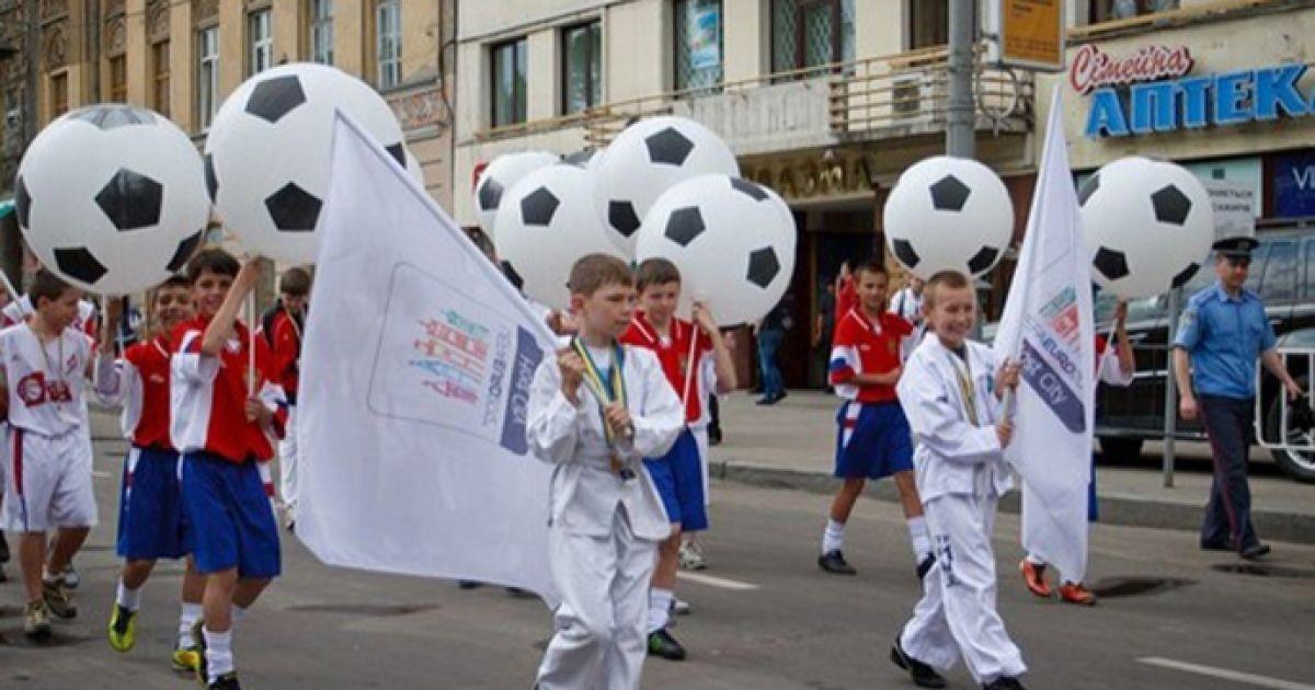 """Святковий парад розпочався з вітального танцю """"Львів готується до Євро""""."""