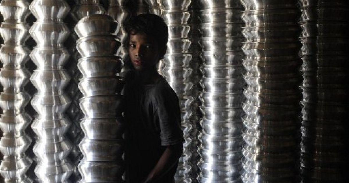 Бангладеш, Дакка. Хлопчик працює на фабриці з виробництва алюмінієвих банок у місті Дакка. @ AFP