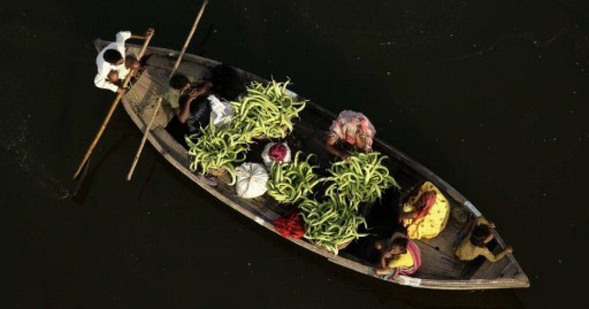 Індія, Аллахабад. Фермери на човні перевозять огірки річкою Ганг на ринок овочів у Аллахабаді. @ AFP