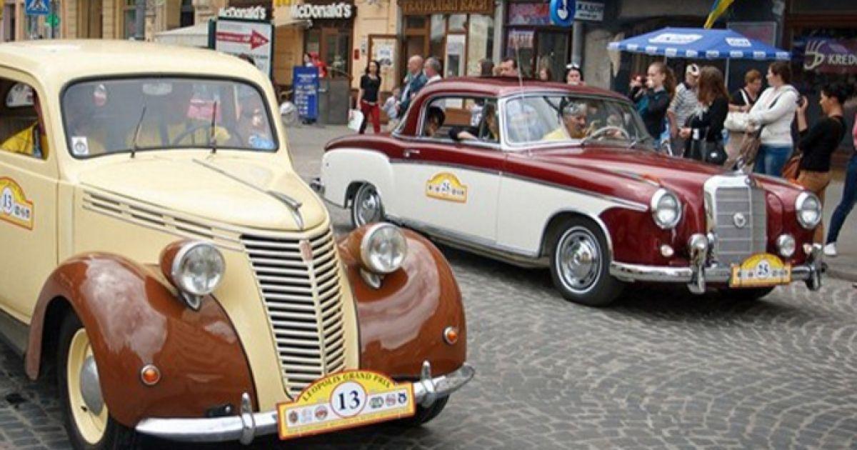 На святковий парад вивезли й ретро-автомобілі