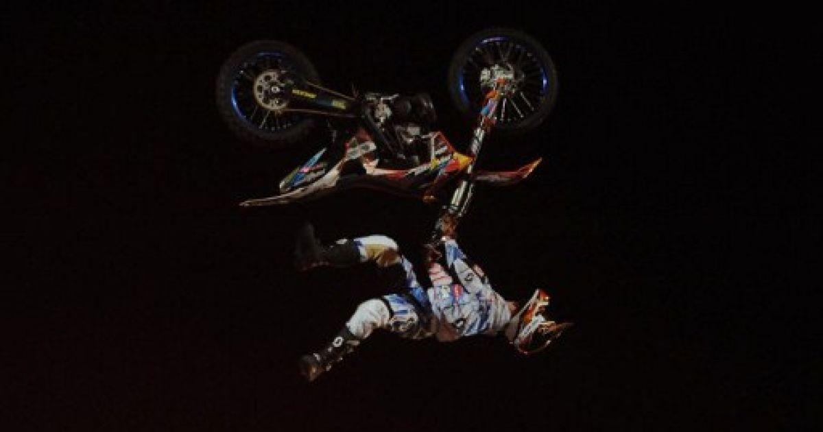 Пакистан, Карачі. Спортсмен з Нової Зеландії Нік Франклін виступає на міжнародних змаганнях з мотокрос- фрістайлу в Карачі. @ AFP