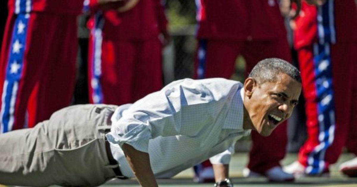 США, Вашингтон. Президент США Барак Обама віджимається під час участі у традиційному великодньому заході – катанні писанок на Південній галявині Білого дому. @ AFP