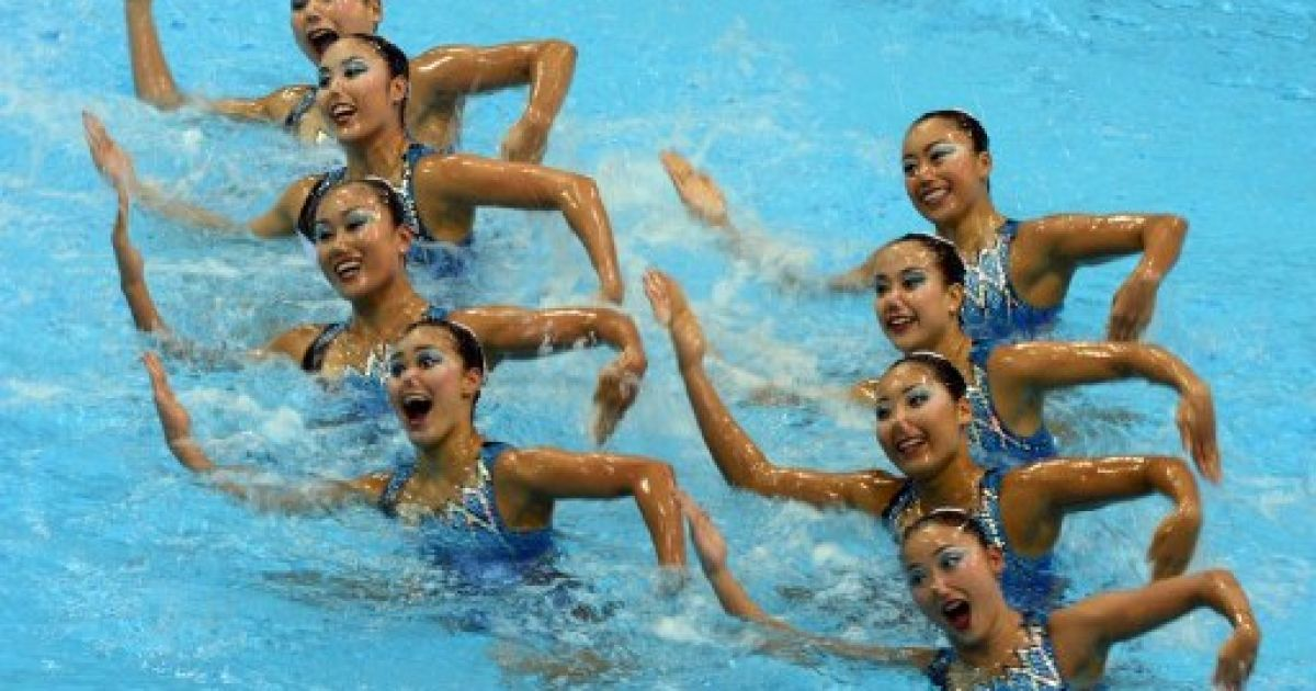 Великобританія, Лондон. Японська збірна з синхронного плавання виступає на кваліфікаційних змаганнях напередодні Олімпійських ігор у Лондоні. @ AFP