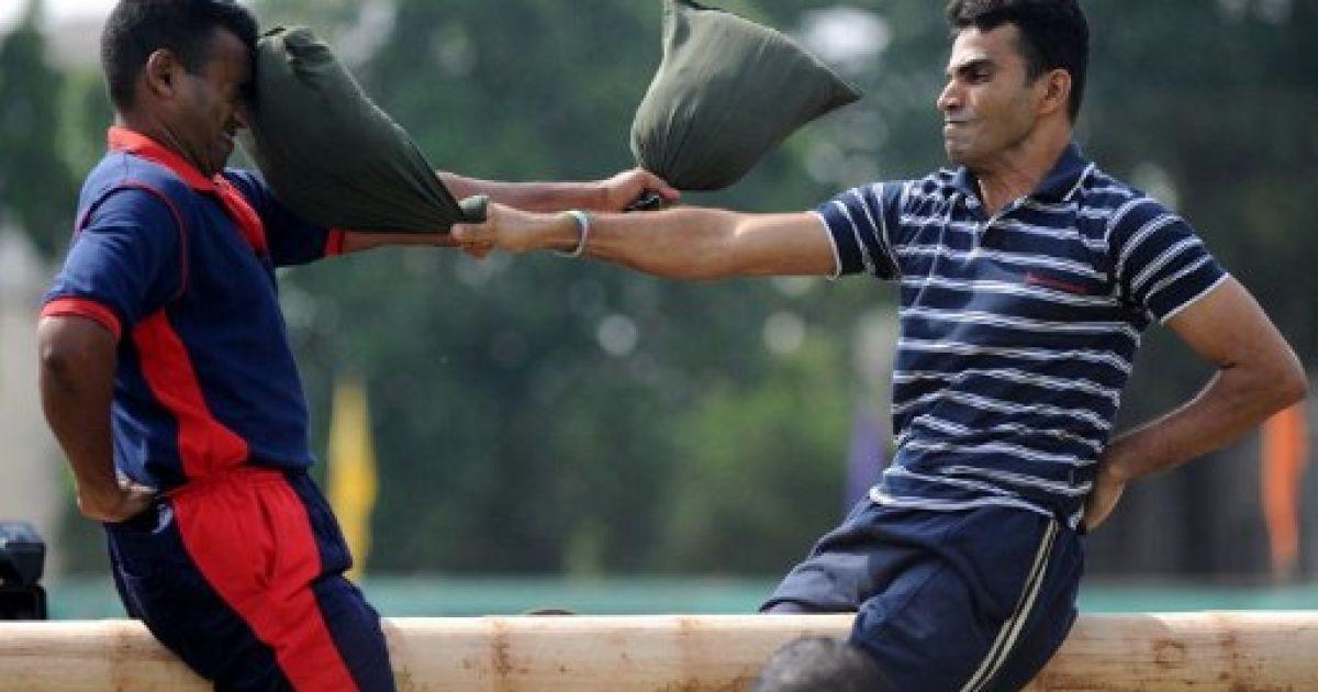 Шрі-Ланка, Коломбо. Військові беруть участь у традиційній грі під час святкування сингальського і тамільського Нового року в Коломбо. @ AFP
