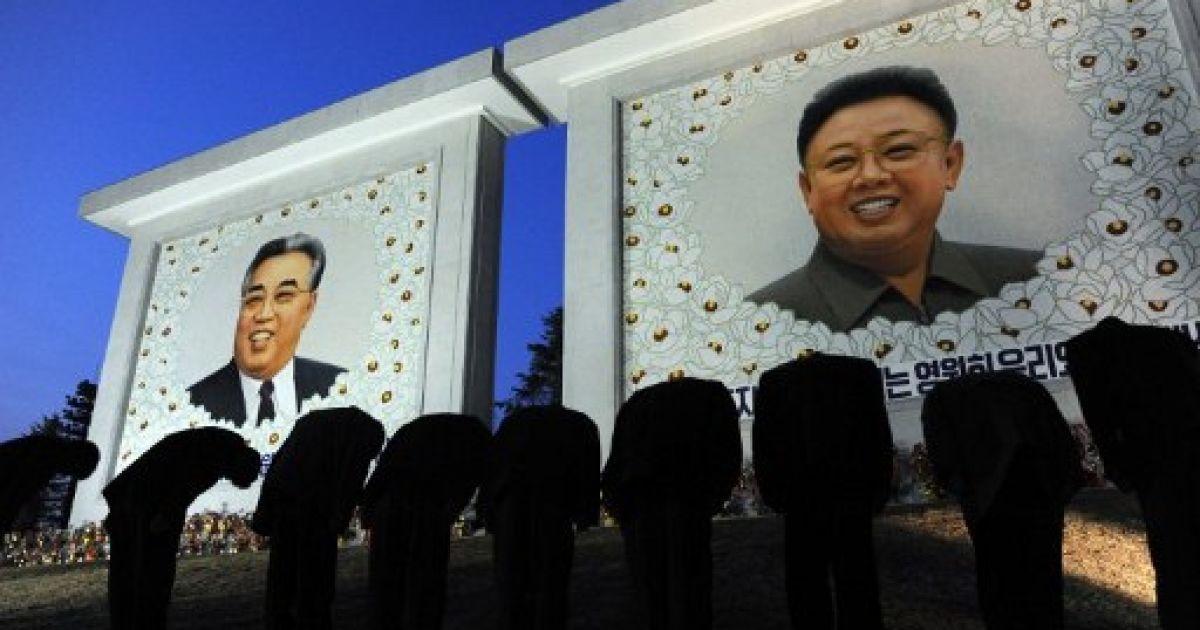 КНДР, Пхеньян. Північні корейці вшановують пам'ять засновників держави Кім Ір Сена і Кім Чен Іра у Пхеньяні. Північна Корея готується відзначити 100-річчя від дня народження Кім Ір Сена 15 квітня. @ AFP