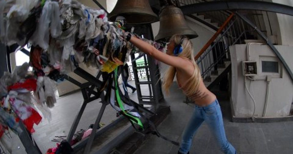 Голі FEMENістки на дзвіниці Софії Київської захищали аборти @ Жіночий рух FEMEN