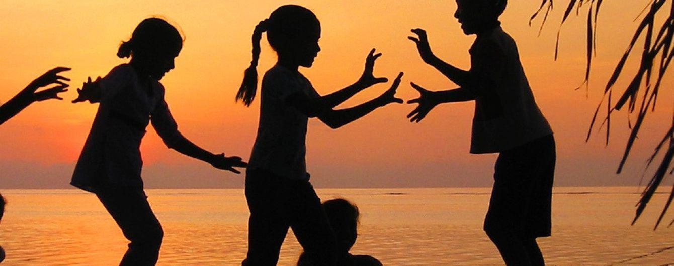 """Які загрози можуть чатувати на вашу дитину в літньому таборі – розслідування програми """"Гроші"""""""