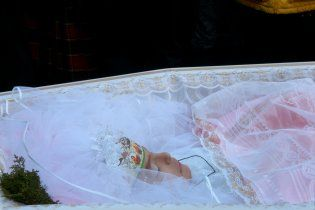 """Прощання з """"принцесою"""": Оксану Макар в фаті поховали біля героїв"""