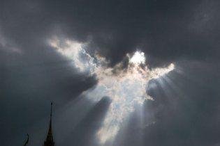 """Мандрівник сфотографував """"янгола"""" над храмом у Таїланді (фото)"""